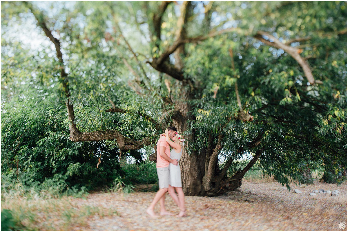 Lovestory im Flussbett; Portraitfotos; Engagementsession Regensburg; Hochzeitsfotograf München; Hochzeitsfotograf Regensburg; Hochzeitsfotos München